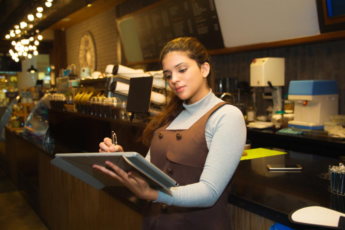 Treinamento de atendimento ao cliente: por que é essencial no varejo alimentício?